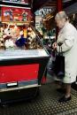 Gokkende bejaarde vrouw