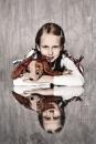 Portret kind met livelingsspeelgoed cq knuffel