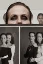 Portret Ans Markus met foto's van haar en haar dochter Sigrid