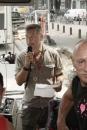 Gerard Tjeerdsma spreekt de mensen toe in de bus